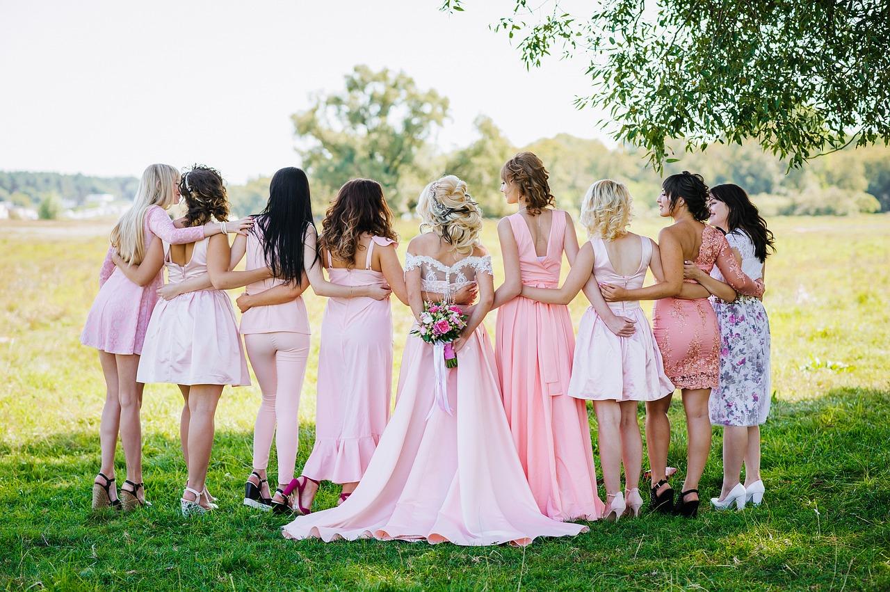 結婚式、披露宴などパーティーシーン パーソナルカラー別、失敗しないお呼ばれドレスは?